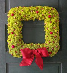 Mossy beauty wreath. How-to: http://www.midwestliving.com/homes/seasonal-decorating/beautiful-holiday-wreaths/?page=10,0