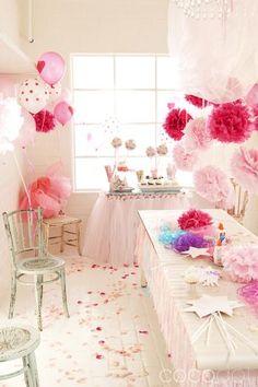 Esparce confeti con forma de pétalos en el suelo de tu fiesta princesa! / Sprinkle petal-shaped confetti on the floor of your princess party!