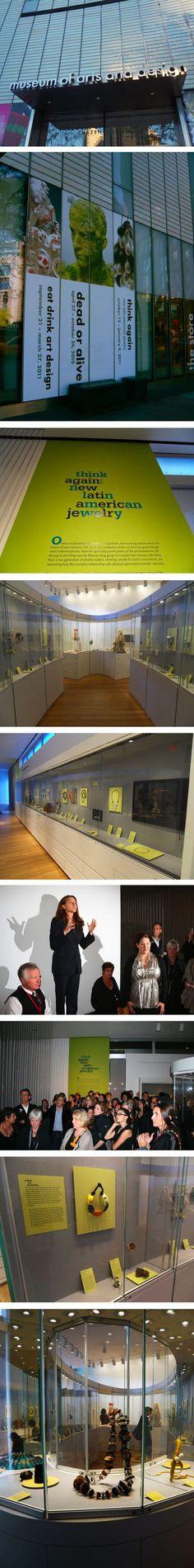 El pasado 12 de Octubre (en un muy simbólico Día de la Raza) la exposición Think Again: New Latin American Jewelry se inauguró en el Museo de Arte y Diseño (MAD) en Nueva York con un récord de asistencia inaugural de 700 invitados. 46 de los 85 artistas cuyo trabajo fue presentado en la exposición asistieron a la inauguración haciendo de este un emotivo evento.