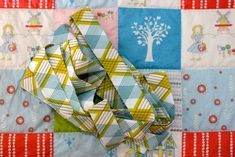 machine quilt binding tutorial - awesome step by step instructions. I've bound quilts before, but this tutorial taught me what I was doing wrong and how to make my blankets look professional. Love!