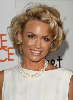 Short curly hairstyle for African American Women
