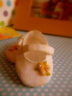 Sapato De Bebê Amarelo - Tecido E Feltro | Fio de Liz | 272B2F - Elo7