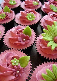 cupcake liners, cupcak cake, pink flowers, artist cupcak, cupcak idea, food, bake, flower cupcakes, green flowers