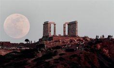 5日、ギリシャ・スニオン岬で観測された満月と古代宮殿(AP)