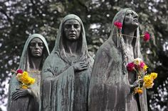 Picture of Statues of three women with flowers at San Pedro Cemetery (Medellín, Colombia)