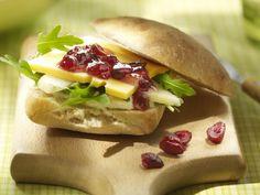 Montaditos de peras, queso y arándanos