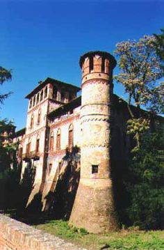 The Piovera Castle, of the IX the century, has a structure that dates back to the XIV century. After having belonged to the Visconti family, the castle was modified in the XVII century and later on transformed in a nonoble mansion.