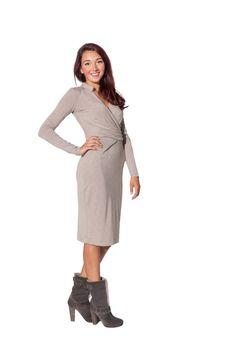Elegante beige jurkje met een gedrapeerde omslag bij de taille. Verder heeft het jurkje lange mouwen en valt die net over de knie. Het jurkje wordt helemaal af