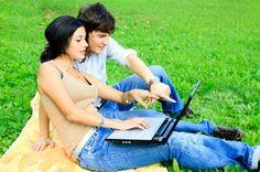 pareja de jóvenes en internet