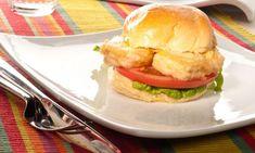 Una receta de hamburguesa de pescado, en este caso merluza rebozada, con tomate y lechuga en pan de hamburguesa. Una receta perfecta para que los niños coman pescado. #hamburguesadepescado #hamburguesa #merluza #receta