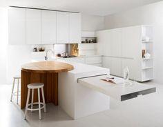 Una cocina minimalista con una adorable zona de desayuno