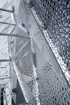 Fachada de paneles metalicos con trama hecha con maquina sacabocados -  Dear Ginza / amano design office Foto edificio: www.pinterest.com/pin/486811040942314357/