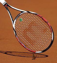 La grazia del tennista, accarezza una farfalla