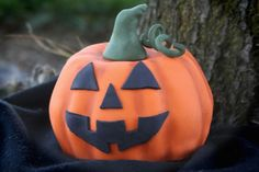 Always+a+treat,+the+more+you+decorate+your+Halloween+Pumpkin-Shaped+Cake,+the+greater+the+praise+from+family+and+friends.+Be+creative!