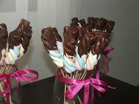 espeto de marshmallow coberto com chocolate, também uma ótima opção para festa infantil.