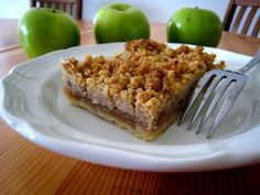 Slab Apple Pie with Easy Crumb Top | Life As Mom - this pie comes together quickly in a 9x13 and is freezer friendly. Plus, it tastes AWESOME.