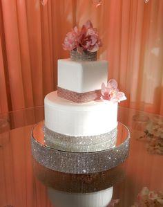 Stand de torta de boda decorada con malla de imitación de Cristal.