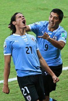 La Copa Confederaciones Uruguay Edinson Cavani, a la izquierda, es felicitado por su compañero de equipo Luis Suarez