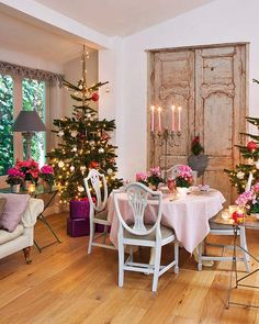 Pretty and feminine Christmas decor! From Mix and Chic. #laylagrayce #holiday #entertaining