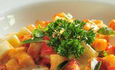Receita de nhoque de batata ao molho pomorodo basílico e queijo brie.