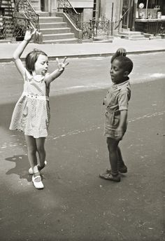 untitled  photo by Helen Levitt, NY 1940
