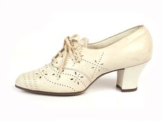 Shoe-Icons / Shoes / White Leather Perforated Lace-up Shoes