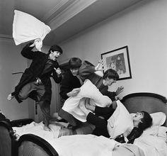 A fotografia mostra os Beatles durante uma guerra de travesseiros em 1964. Foi feita pelo fotógrafo Harry Benson, no hotel George V, em Paris