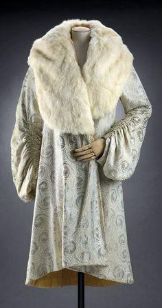 American 'clutch' coat - 1929 - White silk brocaded with white metallic yarns in swirl motifs. Deep white rabbit collar - Museum of Fine Arts, Boston - @~ Mlle