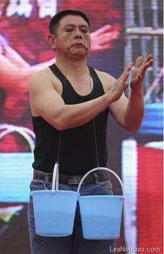 Este hombre puede levanta cubos de agua con los párpados ¡Sorprendente! - http://www.leanoticias.com/2013/02/01/este-hombre-puede-levanta-cubos-de-agua-con-los-parpados-sorprendente/