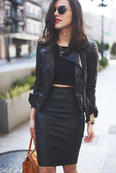 black look, black outfits, black crop top outfit, crop tops, leather skirts