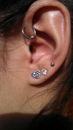I need a hoop like that for my piercing. And i love the third holes too.