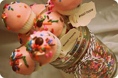 Cupcake cake pops, too cute!