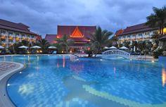 Google Image Result for http://www.sihanoukvilleonline.com/wp-content/uploads/2009/01/sokha_beach_resort-exterior_view-main.jpg