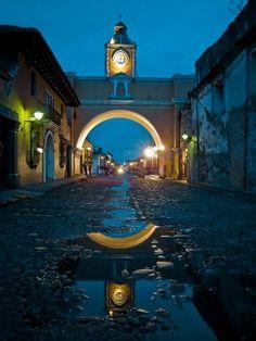 calle y arco tradicional de la antigua Guatemala.