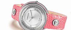 Versace Línea THEA Dos nuevos relojes femeninos con el aspecto 'fashion' que caracteriza a los modelos de la Maison en tonos rosa y azul.