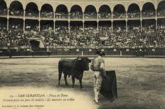 San Sebastián : plaza de toros : citando para un pase de muleta, 19--?