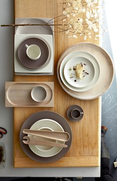 Royal Doulton 'Mode' wooden serving trivet, pair of salad servers and stone platter