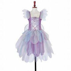 Lilac Bell Fairy. Mooi jurkje met geplooid lijfje van lila satijn, versierd met pailletten, rozenknopjes en afneembare vleugels.