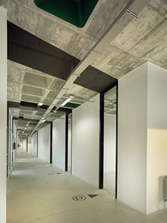Nice contrast between the rough concrete and smoot white walls.