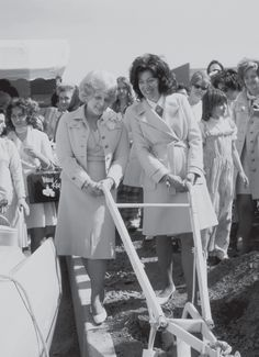1973 - At the Ground Breaking ceremony in Piscataway, New Jersey, for our first Northeastern Distribution Center,more than 300 Consultants and Directors were present for the afternoon ceremonies. In the evening, a Mary Kay Pep Rally was held with over 700 Consultants, Directors and guests on hand.