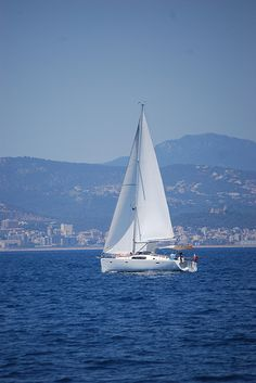 Velero navegando por la bahía de Palma de Mallorca