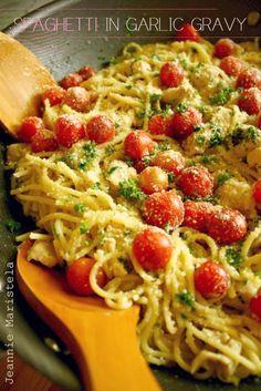 Spaghetti with chicken in garlic gravy