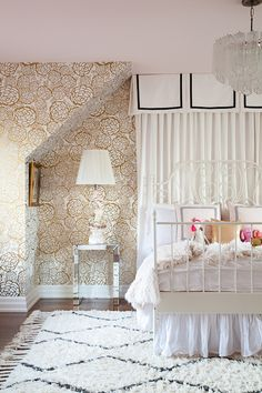 Could this room be any more girly? I love it especially the gold wallpaper!