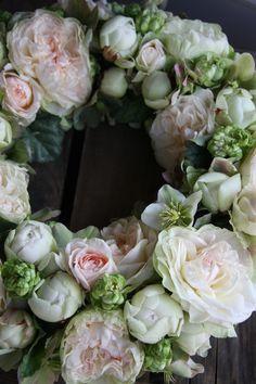 krans met rozen en helleborus niger