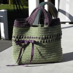 Bag  Too cute! (free pattern on ravelry) http://www.futuregirl.com/craft_blog/labels/starling%20handbag.aspx