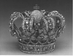 Corona de niño de tipacios y diamantes sobre planta sobredorada