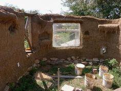 O norte-americano Brian Liloia e um grupo de amigos construíram esta casa ecológica ao custo de R$ 7 mil nos EUA. A construção a base de ter...