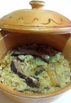 Jedno od naših najomiljenijih jela. Kiseli kupus sa suvim mesom,ko bi mu odoleo. Ovo je recept moje bake i na taj način i ja spremam podvarak,tačnije,sva jela od kiselog kupusa spremam po bakinim receptima i nema da omanem.