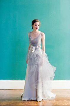 Vestido de novia largo con tirantes y gasa en color gris sutil - Foto Carol Hannah