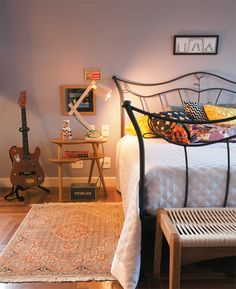 Mistura de texturas e estampas. quarto de, interior, irons, beds, quartos, colors, bedrooms, guitars